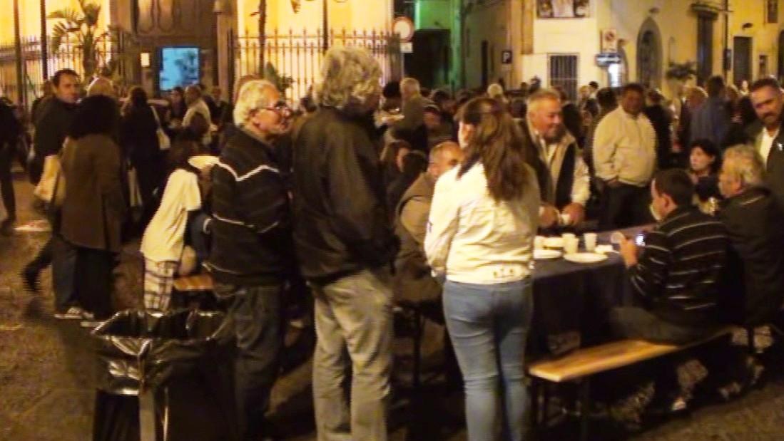 Cittadini in piazza Cerriglio degustano piatti tipici locali 2