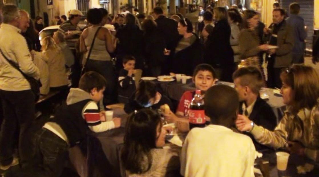 Cittadini in piazza Cerriglio degustano piatti tipici locali