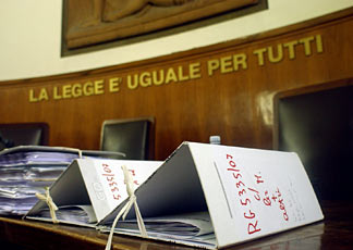 tribunale-aula-con-banco-e-faldoni-generica-ok