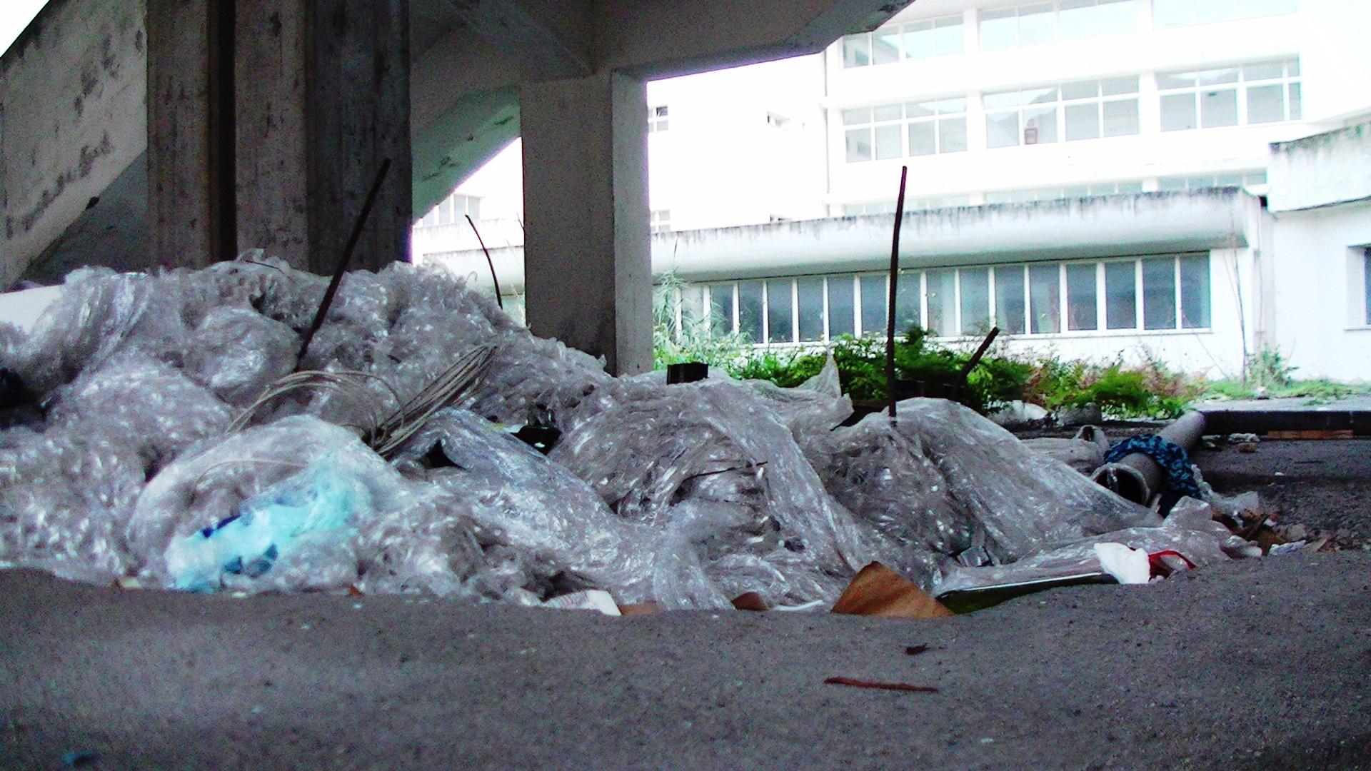 Cumuli di rifiuti di ogni genere sotto le finestre del Liceo